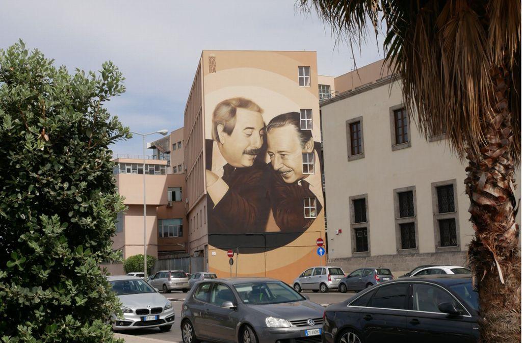 Auf einer Hauswand am Hafen von Palermo prangt das Bild der 1992 ermordeten Mafia-Ermittler Giovanni Falcone und Paolo Borsellino. Foto: Almut Siefert