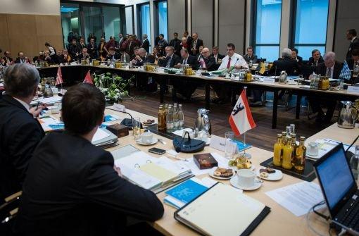 Die Ministerpräsidenten sprachen sich am Donnerstag bei einem Treffen in Berlin dafür aus, ein neues Verbotsverfahren gegen die rechtsextreme Partei einzuleiten. Foto: dapd