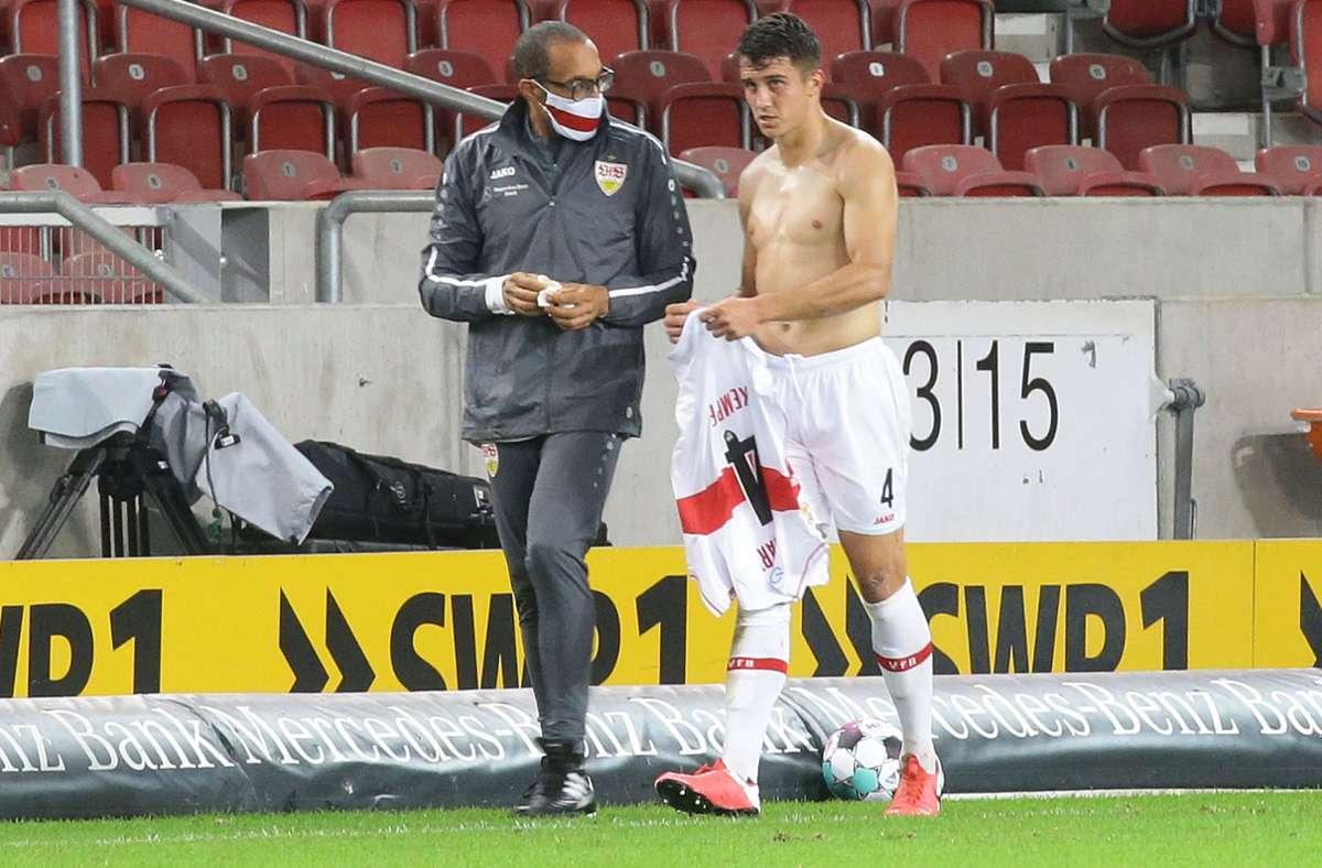 Marc Oliver Kempf (re.) geht nach seiner Auswechslung mit VfB-Mannschaftsarzt Raymond Best zur Bank der Stuttgarter. Foto: Baumann