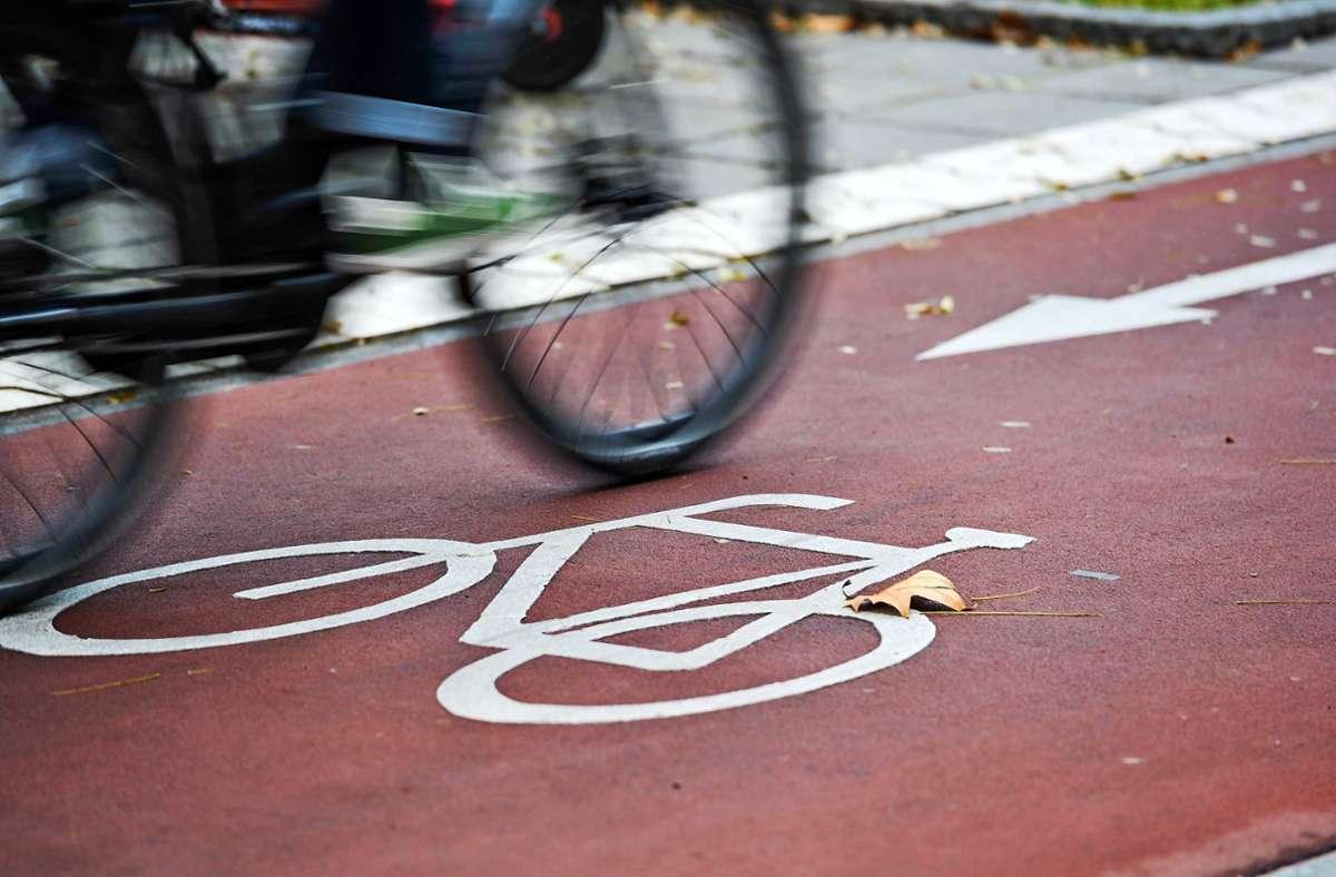 Eine 27-jährige Radfahrerin stieß mit einem Kleinbus zusammen (Symbolfoto). Foto: Lichtgut/Max Kovalenko