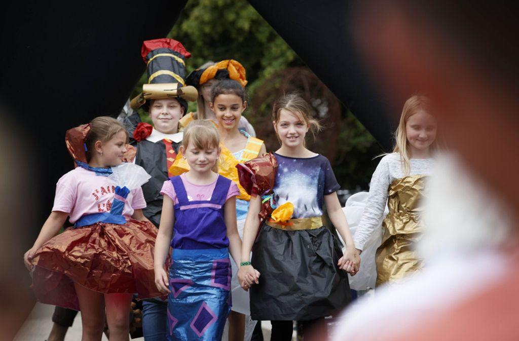 Mal was anderes: schicke Mode aus Papier haben Kinder bei einem Workshop anlässlich des Jubiläumsfests der Galerie Stihl in Waiblingen angefertigt. Foto: Gottfried Stoppel