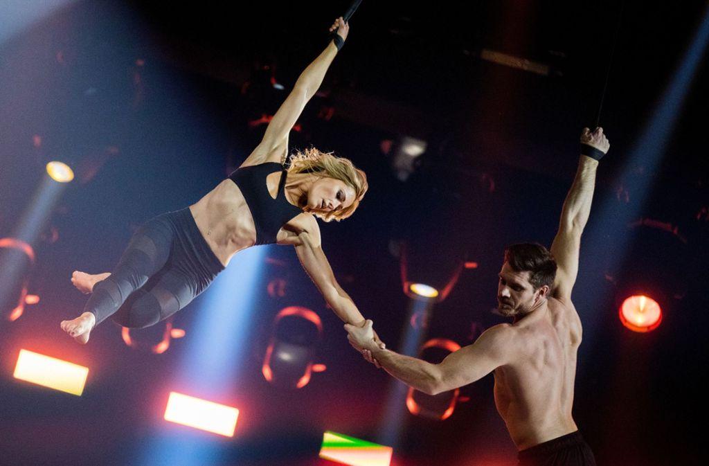 In luftigen Höhen hat es gefunkt: Helene Fischer (34) und der Akrobat Thomas Seitel (34), der zu ihrem Show-Ensemble gehört, sind seit vergangenem Jahr ein Paar. Foto: dpa