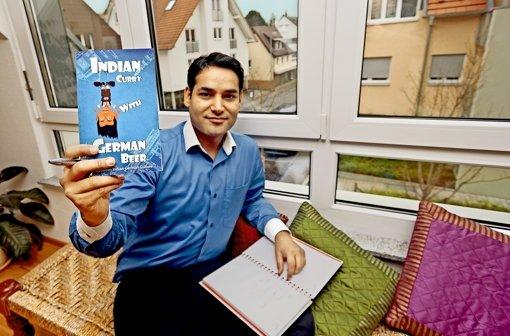 Das Werk ist vollbracht: Gagan Syal auf seinem Schreibsofa in seiner  Darmsheimer Wohnung Foto: factum/Granville