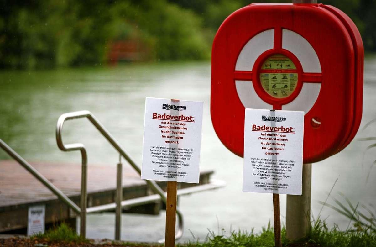 Schweren Herzens hat die Gemeindeverwaltung die Schilder aufgestellt. Aktuell wird aus gesundheitlichen Gründen ausdrücklich abgeraten, im Plüderhäuser See zu baden. Foto: /Stoppel
