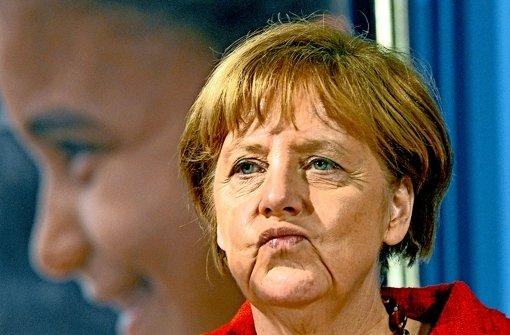 Sie hat es kommen sehen: Angela Merkel schaut vorige Woche  bei einem Wahlkampfauftritt in  Rheinland-Pfalz in die Runde – mit einem Gesichtsausdruck, der Skepsis vermittelt. Foto: dpa