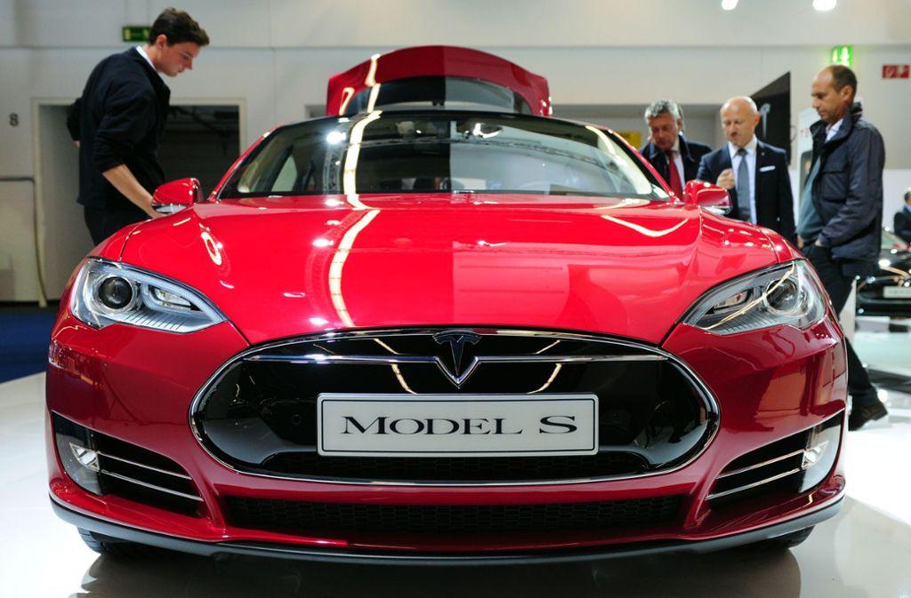 Mit einem Elektrofahrzeug, das diesem hier gleicht (Tesla Model S, Baujahr 2013) ist ein Landwirt aus Karlsruhe durchschnittlich 600 Kilometer am Tag gefahren. (Symbolbild) Foto: picture alliance / dpa/Daniel Reinhardt