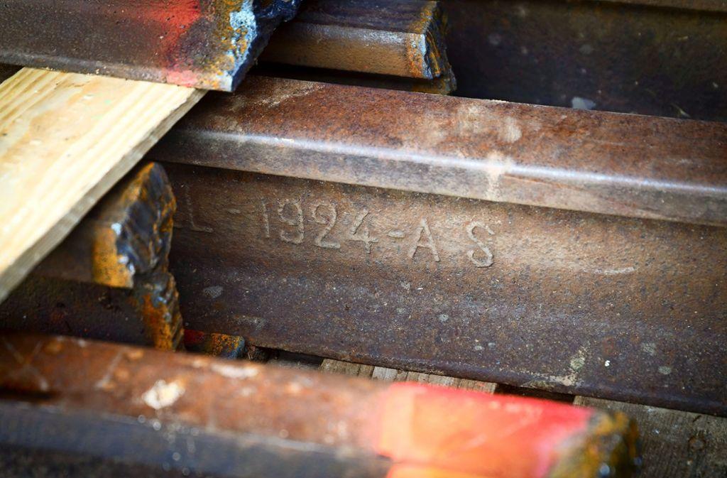 Sie lassen die Herzen der Vaihinger Stadthistoriker höher schlagen: Alte Gleisstücke, die beim Abbau der alten WEG-Trasse gefunden wurden Foto: factum/Simon Granville