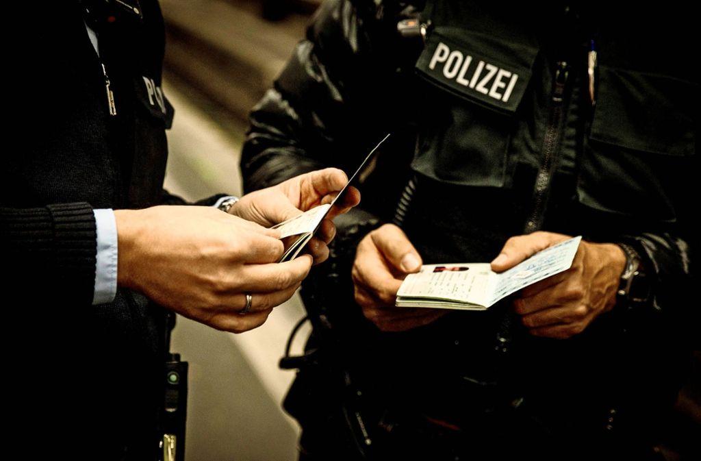 Polizisten bei einer Ausweiskontrolle Foto: Lichtgut/Leif Piechowski