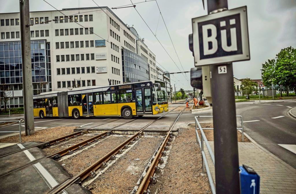 Am Wallgraben in Stuttgart-Vaihingen gibt es jetzt neue Kreisverkehre – und mitten hindurch Gleise, auf denen fortan Stadtbahnen der Linie U12 verkehren. Foto: Lichtgut/Leif Piechowski