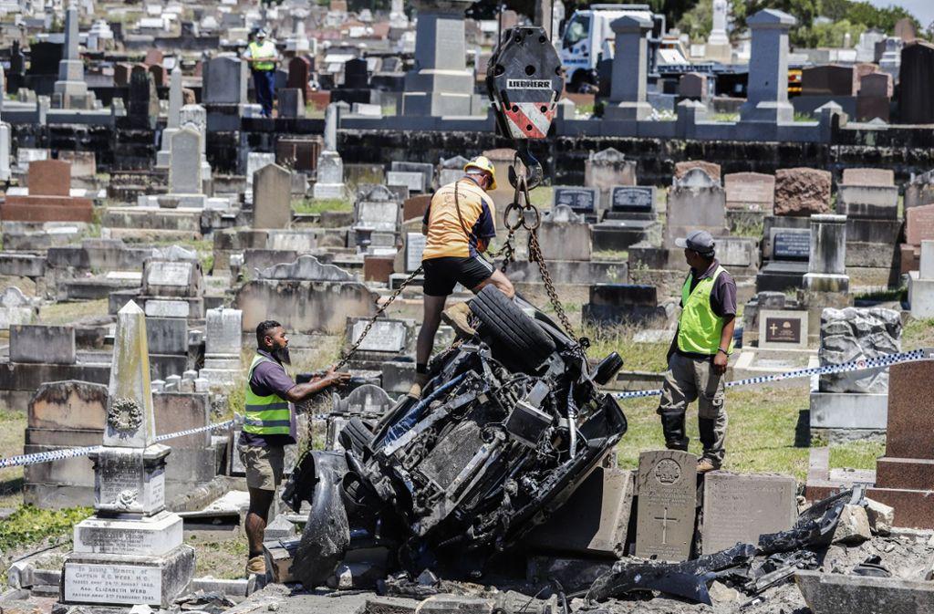 Randwick-Friedhof Sydney: Drei Arbeiter kümmern sich um das Autowrack. Foto: dpa