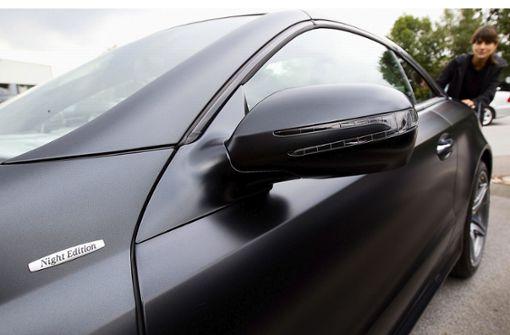 Männer fahren im schwarzen Mercedes vor und suchen Streit