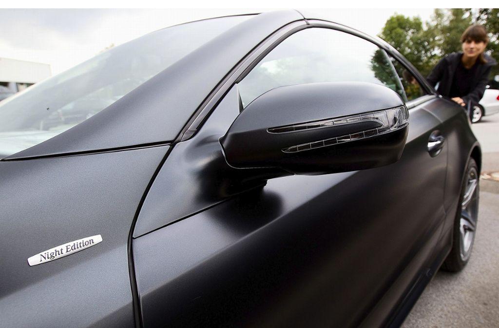 Aus einem schwarzen Mercedes (Symbolbild) sind drei Männer ausgestiegen. Foto: dpa/Friso Gentsch