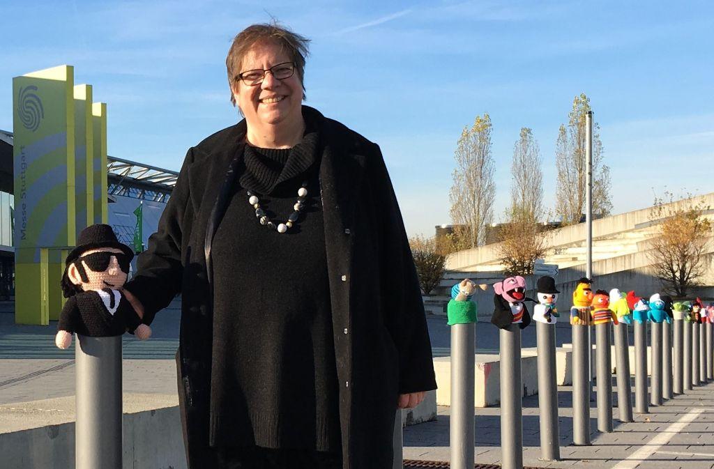 Elke Hahn hat in einem halben Jahr 111 Pfostenmützen gehäkelt. Foto: Jacqueline Fritsch