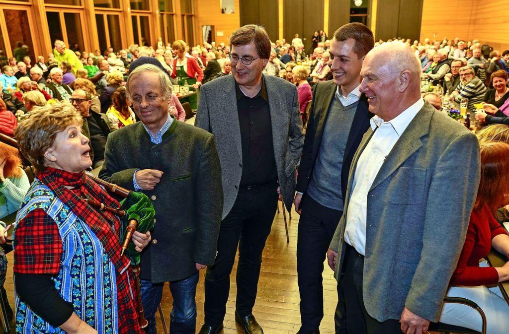 Sabine Essinger und Gerhard Raff waren zu Gast bei Pfarrer Thomas Nonnenmann, Bürgermeister Daniel Töpfer und dem OGV-Vorsitzenden Bernd Hörnlen (v.l.). Foto: factum/Bach