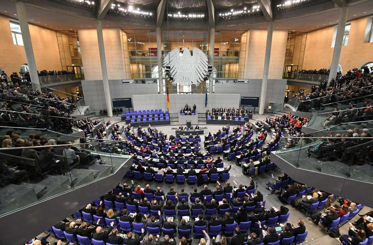 Der Bundestag wird groß, das steht fest – unten sehen Sie, wie die Sitze verteilt sind. (Archivbild) Foto: dpa/Ralf Hirschberger