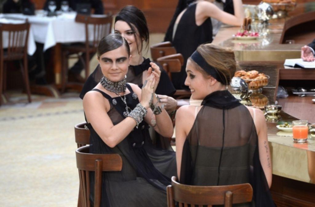 Lagerfeld-Muse Cara Delevingne auf dem zur Brasserie umgestalteten Chanel-Laufsteg. Foto: Getty Images Europe