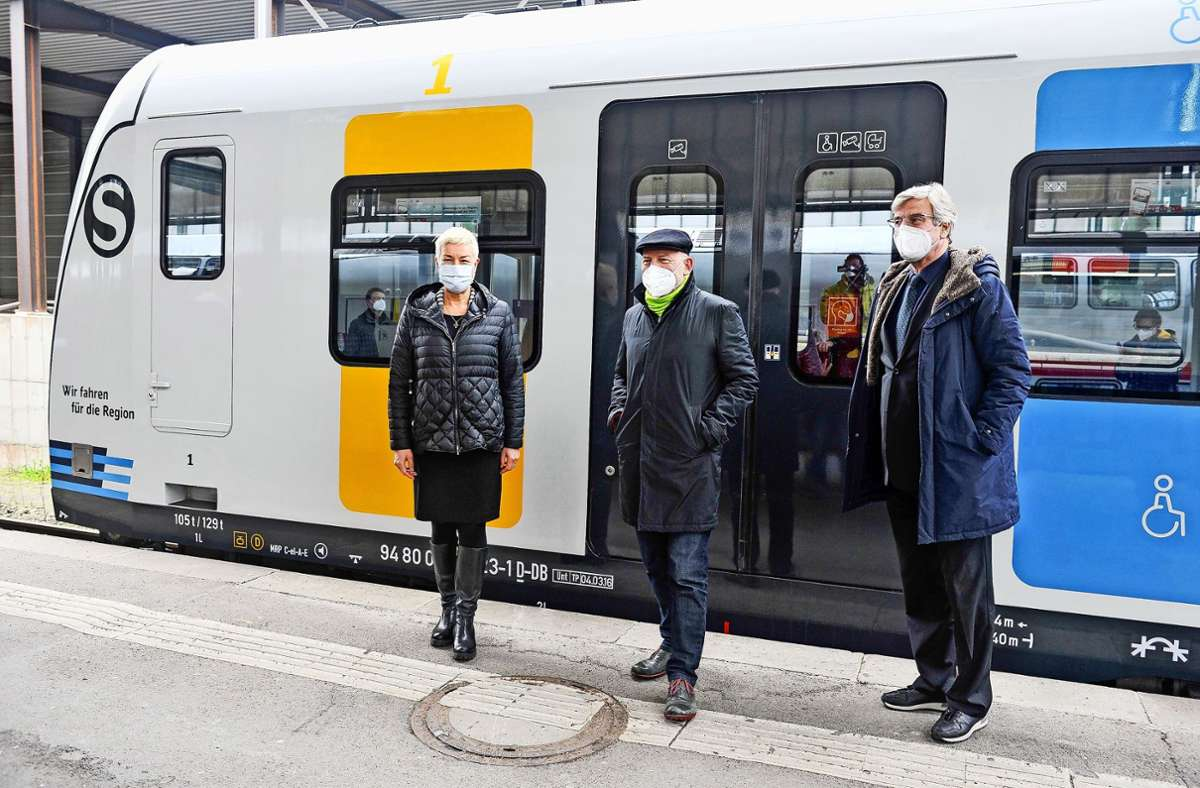 Regionaldirektorin Nicola Schelling,  Verkehrsminister Winfried Hermann und Regionalpräsident Thomas Bopp beim Termin am Hauptbahnhof Foto: Lichtgut/Max Kovalenko