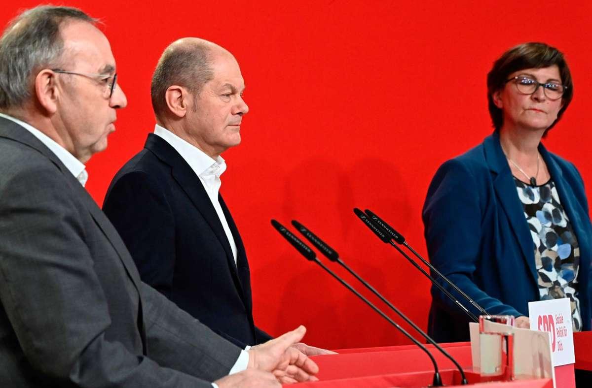 SPD-Kanzlerkandidat Olaf Scholz (Mitte) und die beiden Vorsitzenden Norbert Walter-Borjans und Saskia Esken. Foto: AFP/TOBIAS SCHWARZ