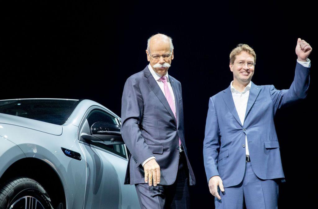 Die  Aktionäre begrüßen den neuen und den alten Vorstandschef  mit Applaus: Nach der  Hauptversammlung   ist Ola Källenius (rechts) neuer  Daimler-Chef. Er übernimmt das Zepter von  Dieter Zetsche. Foto: dpa
