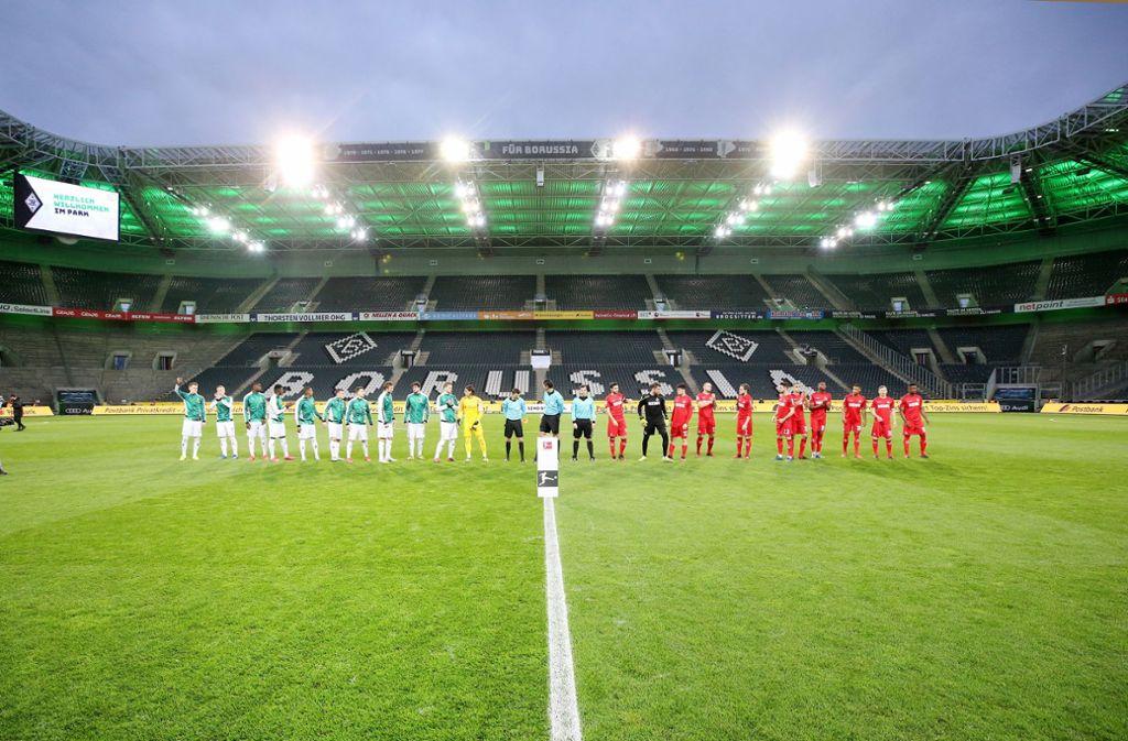 Ab Samstag rollt der Ball wieder, aber nun wird über einen Saisonabbruch debattiert. Foto: dpa/Roland Weihrauch
