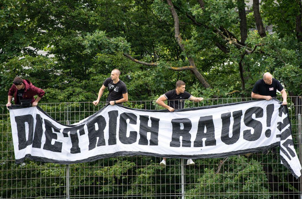 Spruchbänder wie dieses sind über Nacht an Plätzen und Brücken im Großraum Stuttgart aufgetaucht. Foto: dpa