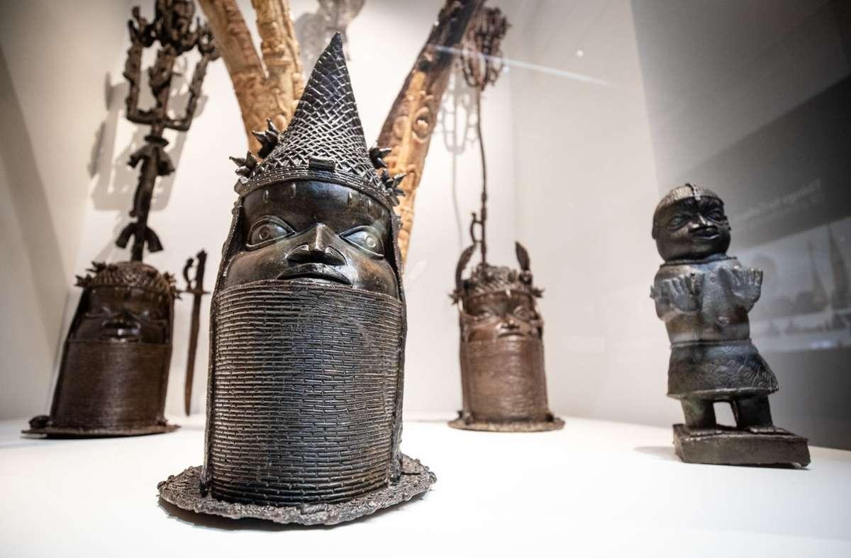 Verschiedene Skulpturen aus Nigeria, sind in der Afrika-Ausstellung im Linden-Museum in Stuttgart zu sehen. (Archivbild) Foto: dpa/Christoph Schmidt