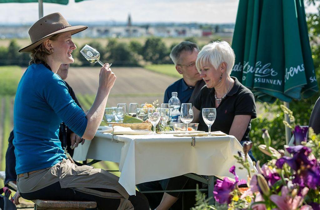 Kulinarische Weinwanderung im schönen Markgräflerland, wo die Sonne Land und Leute verwöhnt.  Foto: Kur und Bäder GmbH Bad Krozingen