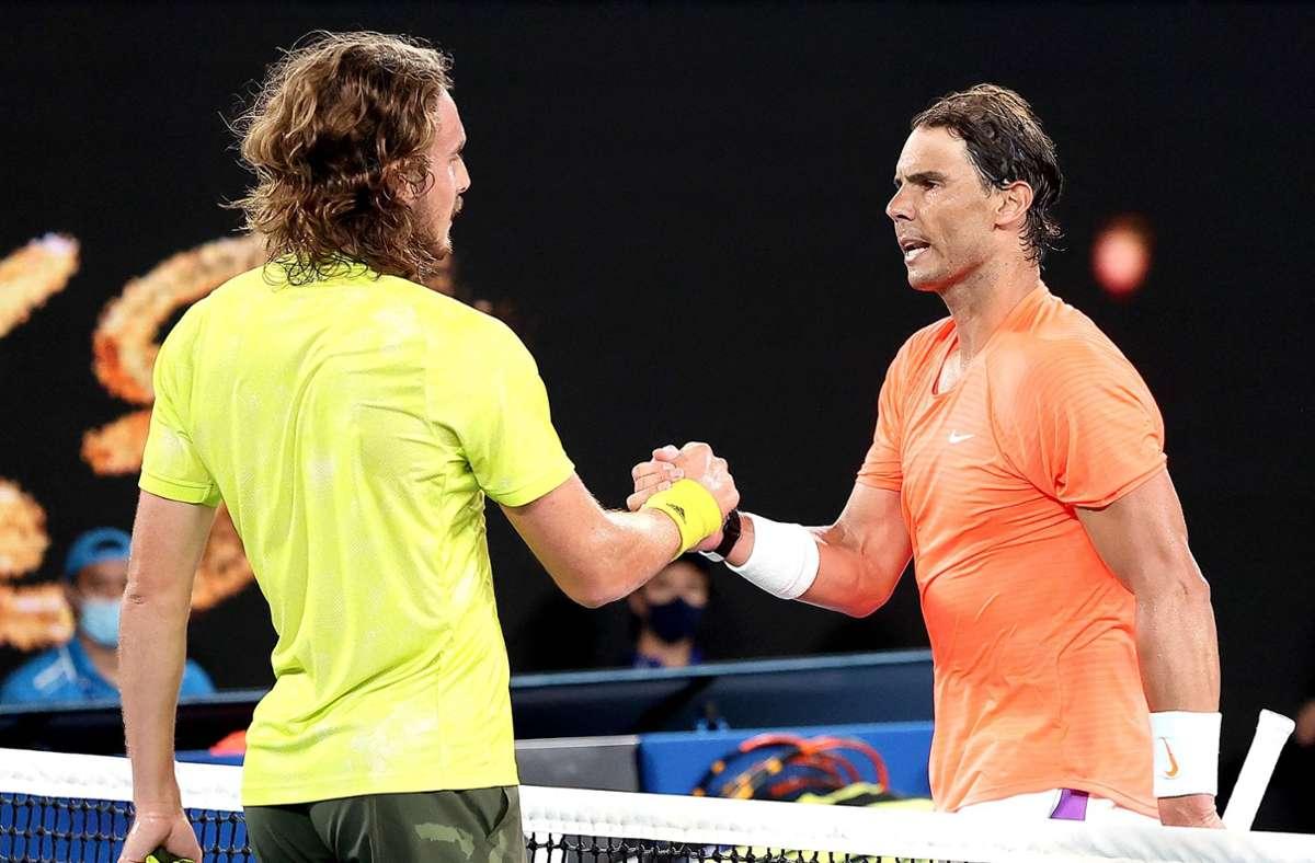 Rafael Nadal (rechts) ist bei den Australian Open an Stefanos Tsitsipas gescheitert. Foto: AFP/DAVID GRAY