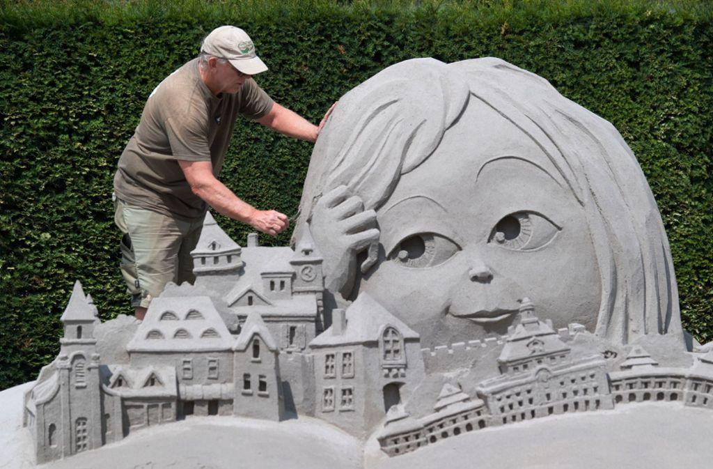 Mit einem überdimensionalen Märchenbuch in 3D hat der Australier Kevin Crawford in diesem Jahr die schönste Skulptur der Ludwigsburger Sandkunst-Schau im Blühenden Barock geschaffen. Foto: dpa