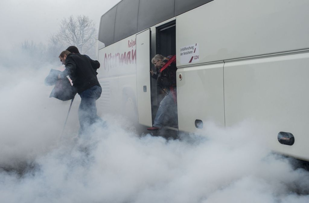 Wenn sich ein Bus in Sekundenschnelle mit Rauch füllt, ist die Gefahr einer Panik groß. Foto: Unfallforschung der Deutschen Versicherer