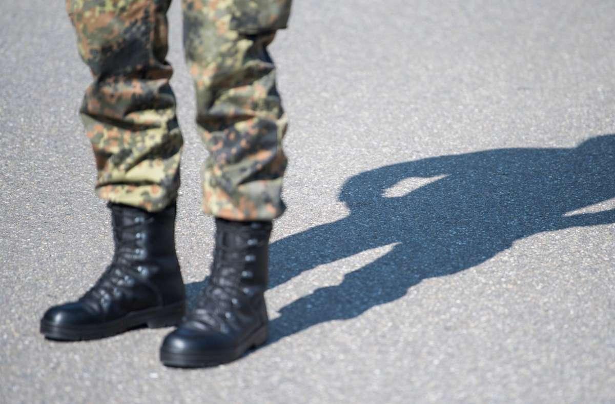 Die Prüfung des Lehrgangs führte für einen Soldaten ins Krankenhaus, jetzt klagt er gegen die Bundeswehr. (Symbolbild) Foto: dpa/Sebastian Gollnow