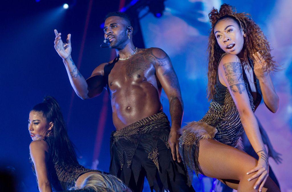 Erotik, Exotik, Romantik: Jason Derulo und zwei Tänzerinnen in der Porsche-Arena Foto: Lichtgut/Christoph Schmidt