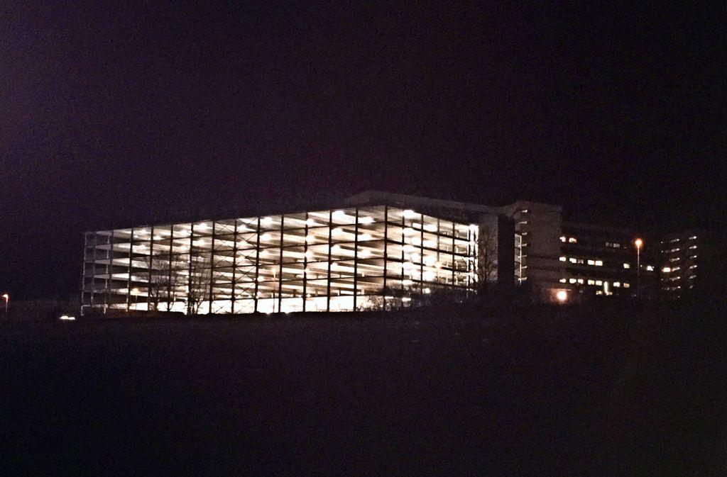 Das Klinik-Parkhaus im Eichert ist  noch nicht offen. Es strahlt aber schon heller als das alte Krankenhausgebäude (hinten). Foto: StZ