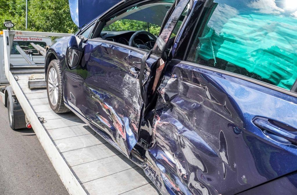 Drei Personen werden bei einem Verkehrsunfall in Geislingen verletzt, als ein Lkw in einen VW kracht. Foto: SDMG