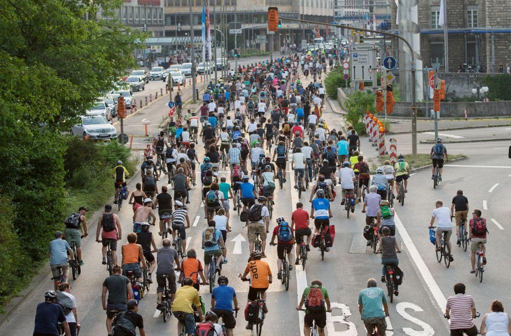 """Ob Bosch so viele Mitarbeiter aufs Fahrrad bringt und den Verkehr in Stuttgart revolutioniert? Eher unwahrscheinlich. Im Bild sind Fahrradfahrer zu sehen, die 2015 in Stuttgart am Fahrradprotest """"Critical Mass"""" teilnahmen, der für den Ausbau des Radverkehrs wirbt. Foto: dpa"""