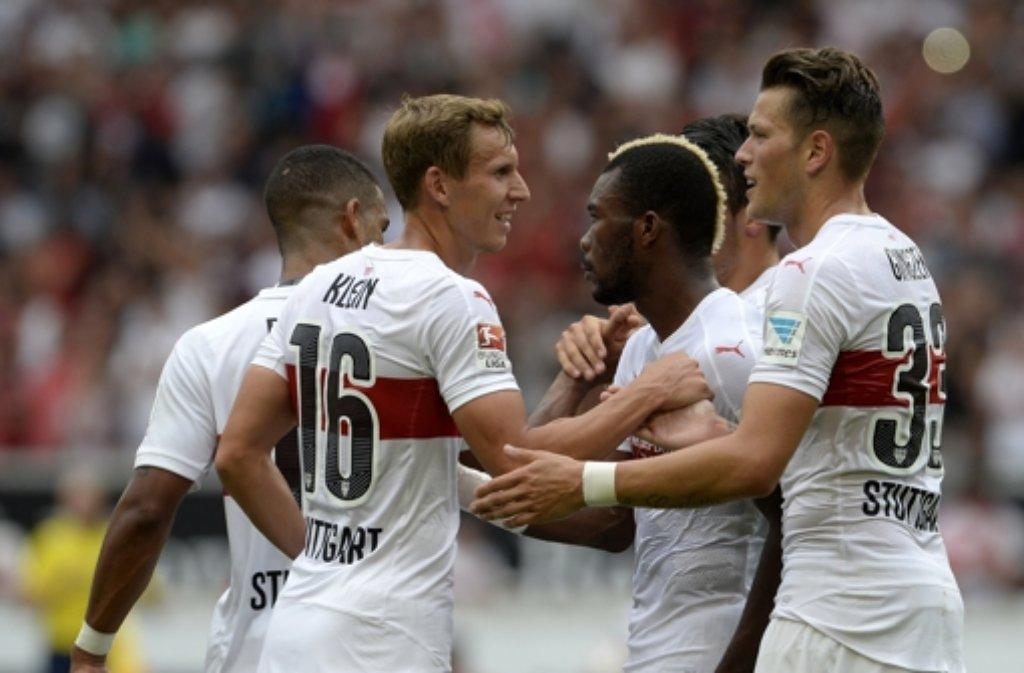 Die Stuttgarter Florian Klein (von links), Serey Die und Daniel Ginczek jubeln nach dem Tor zum 4:0. Foto: dpa