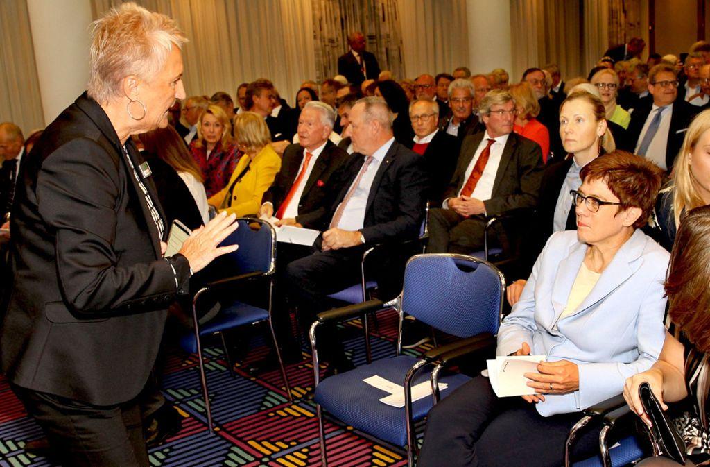 Protokollchefin  Maxi von Bleyle  (links) stimmt die CDU-Vorsitzende und Verteidigungsministerin  Annegret Kramp-Karrenbauer auf den 45. Dekra-Dialog ein. Foto: Christof R. Sage