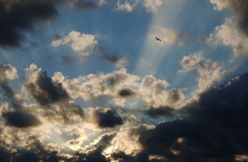 Die Sonne verschwindet am Mittwoch hin und wieder hinter den Wolken. Foto: dpa