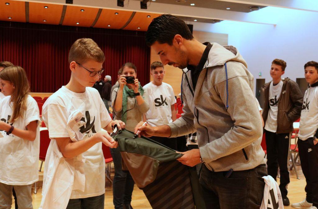 Schüler auf Tuchfühlung mit Sami Khedira. Foto: Eva Herschmann