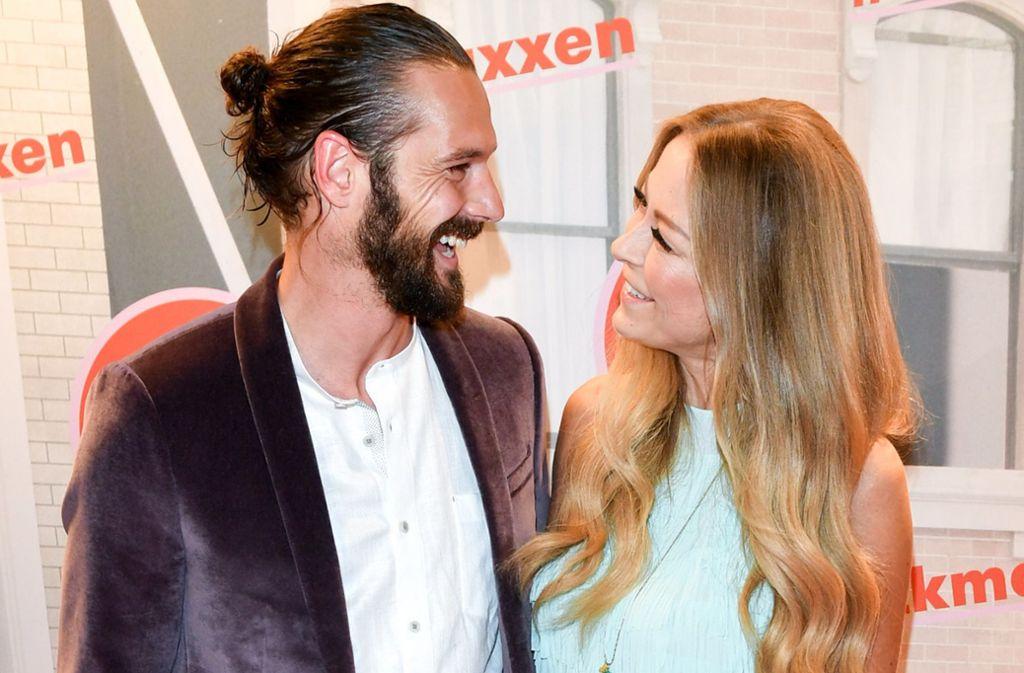 Der neue Mann an Jenny Elvers' Seite: die 47-jährige Schauspielerin zeigte sich in Berlin mit dem 35-jährigen Simon Lorinser, einem Model aus Hamburg. Foto: dpa