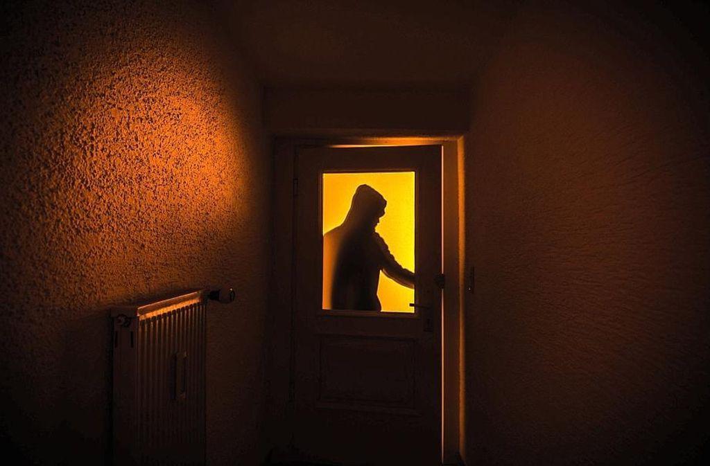 Wer macht sich da an der Tür zu schaffen? Die Einbrecher haben jetzt wieder Saison. Foto: dpa