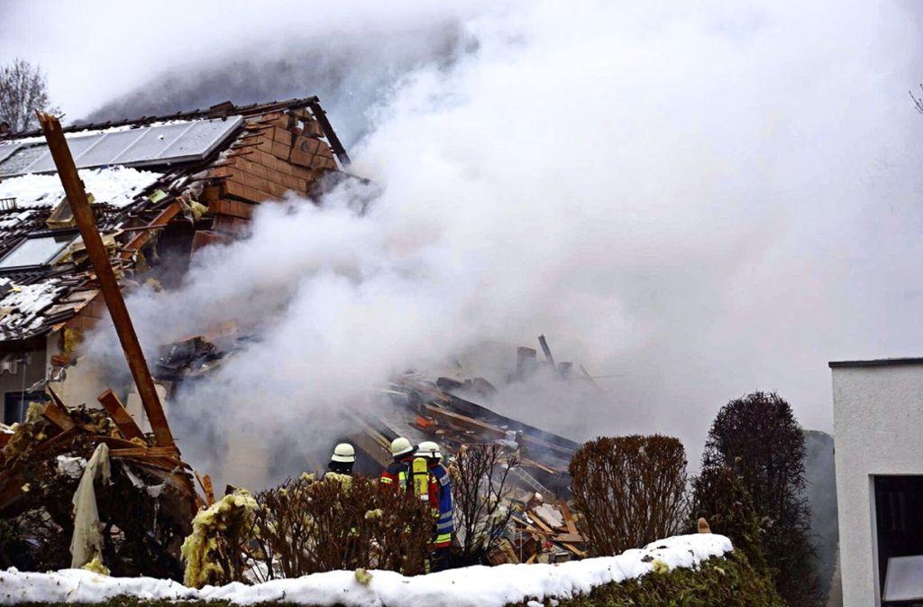 Die Feuerwehr löscht den Brand. Foto: SDMG