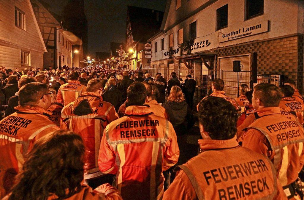 Das Feuer im ehemaligen Gasthof Lamm hat große Bestürzung in Remseck-Neckargröningen ausgelöst. Am 21. Oktober 2015 fand eine Mahnwache vor dem Gebäude statt. Foto: factum/Archiv