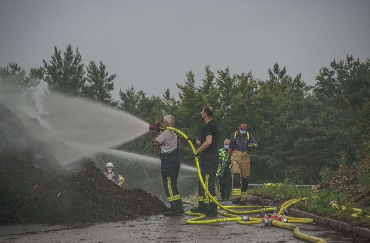 Vie Löschwasser war nötig, um die Glutnester abzulöschen. Foto: //Dettenmeyer