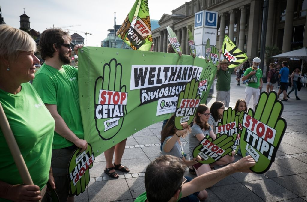 Demonstranten protestieren in Stuttgart gegen die Freihandelsabkommen. Foto: Lichtgut/Achim Zweygarth