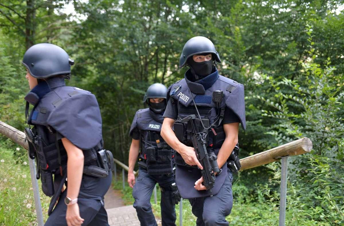 Polizisten, wie sie den Wald nach dem Flüchtigen durchsuchten. Foto: 7aktuell.de//Tim Schips