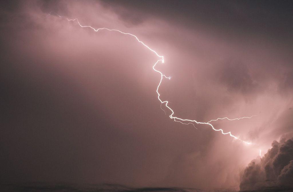 Blitze bergen große Gefahren – aber im Auto ist man weitgehend sicher. Foto: dpa