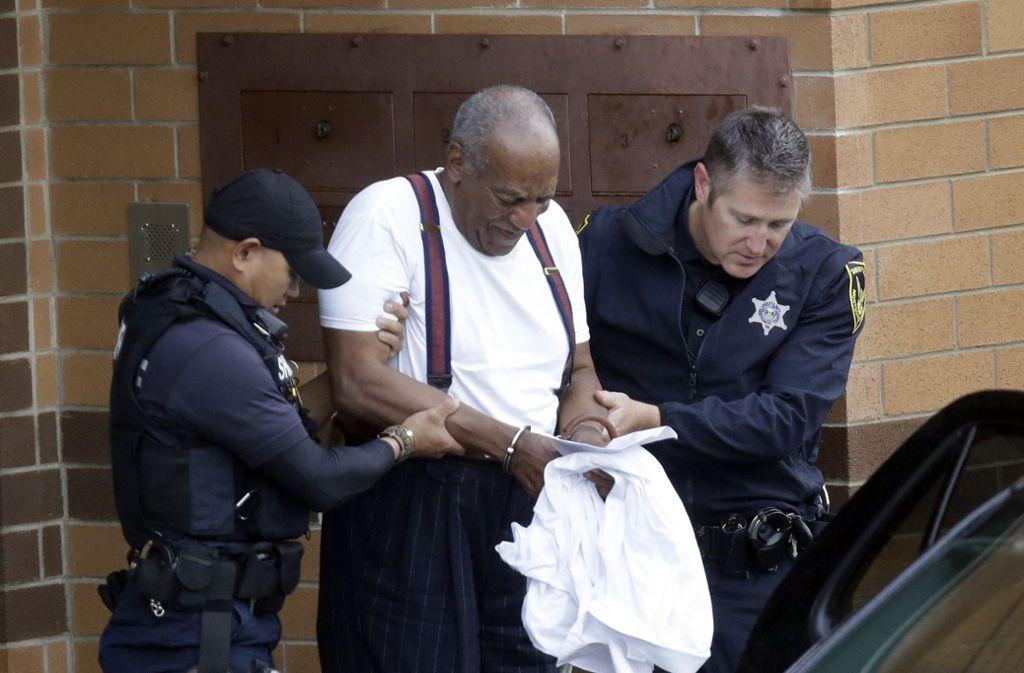 US-Entertainer Bill Cosby wird in Handschellen aus der Montgomery County Correctional Facility geführt, nachdem er wegen schwerer sexueller Nötigung in drei Fällen zu mindestens drei Jahren Haft verurteilt wurde. Foto: AP
