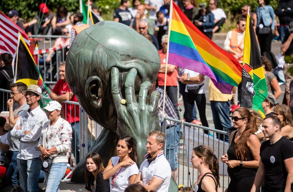 In Stuttgart sind auch am Sonntag wieder Hunderte Menschen gegen die Corona-Beschränkungen auf die Straße gegangen. Foto: dpa/Christoph Schmidt