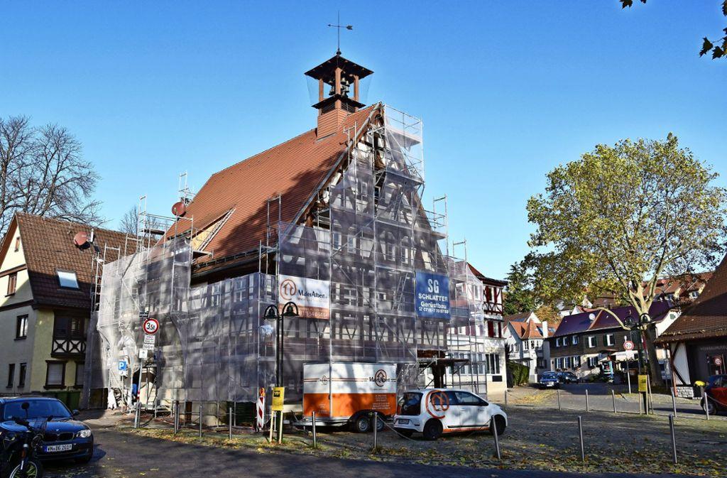 Das Uhlbacher Rathaus wird bis Frühjahr eingerüstet sein. Schäden im Holz müssen behoben werden. Foto: Mathias Kuhn